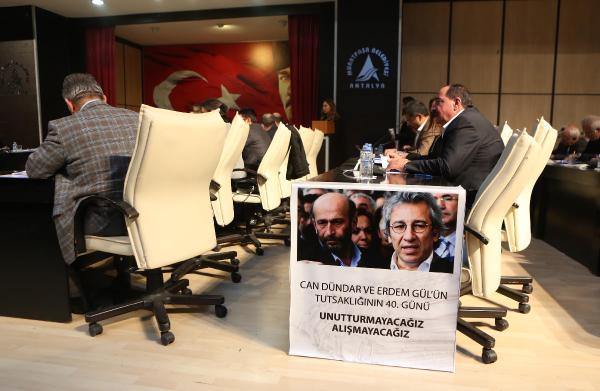 Can Dündar ve Erdem Gül için belediye meclisine döviz