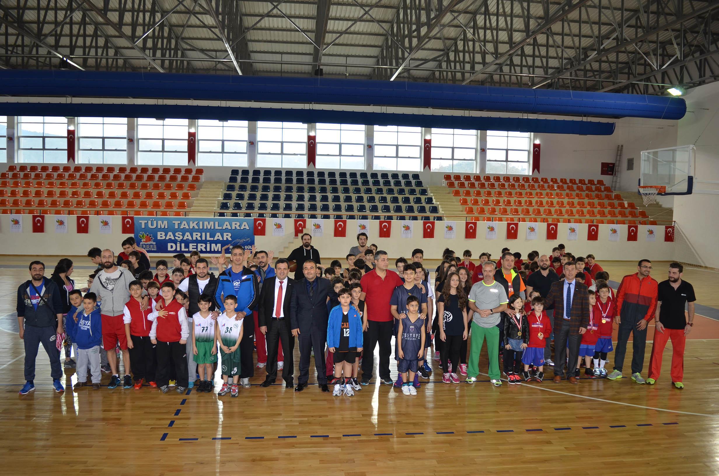 Minik Basketçiler de Madalyalarını Aldılar
