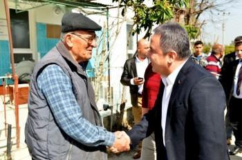 Başkan Böcek, Karatepe'de vatandaşlarla kucaklaştı..
