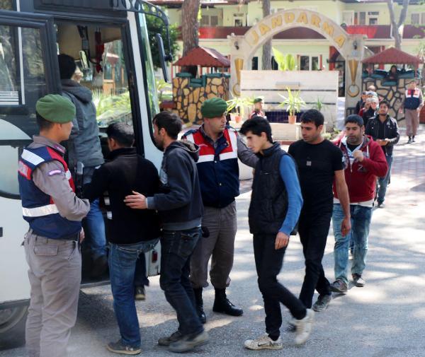 Suriyeli kaçaklar yol denetiminde jandarmaya yakalandı