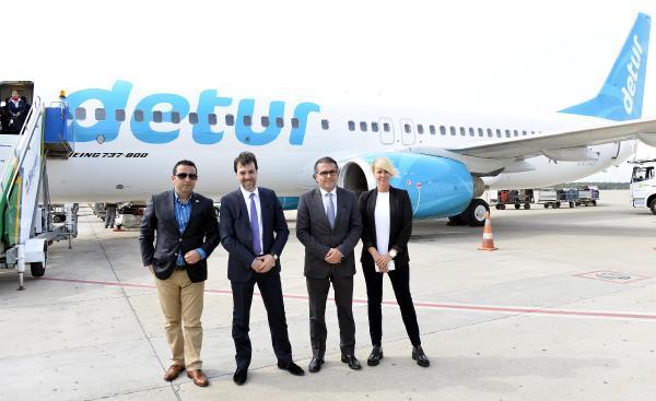 Antalya'da ilk Finli turistler çiçekle karşılandı
