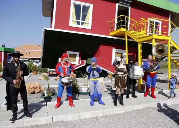 'Süper Kahramanlar' Ters Ev'de