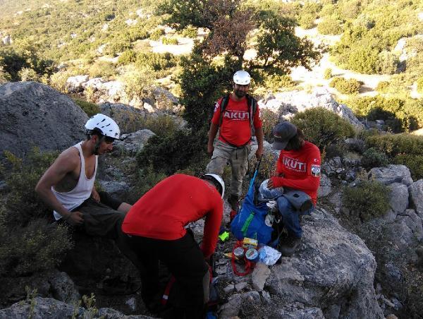 Kayalıklarda mahsur kalan turisti AKUT kurtardı