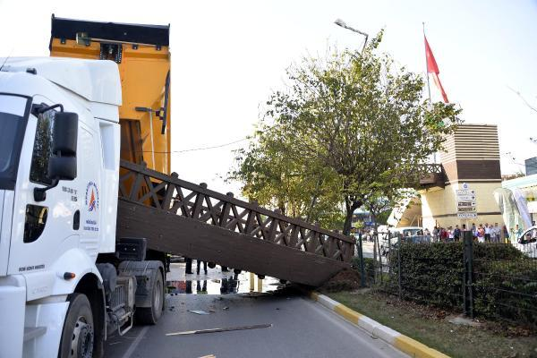 Kamyonun açılan damperi üst geçidin köprüsünü koparttı