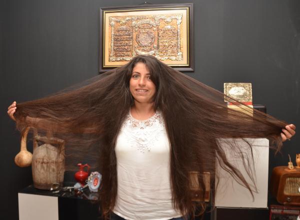 Lösemili çocuklar için 10 yıldır uzattığı saçını kestirdi
