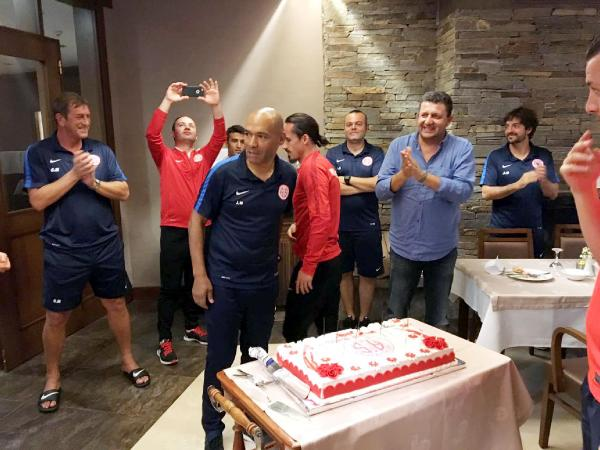 Antalyaspor teknik direktörü Morais'e sürpriz doğum günü partisi