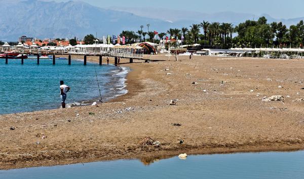 Plajı çöplüğe çevirdiler