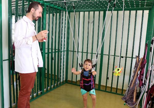 Rehabilitasyon merkezinde 'ilk adım' mutluluğu