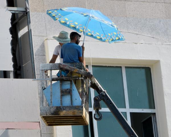 Plaj şemsiyesiyle havadar çalışma