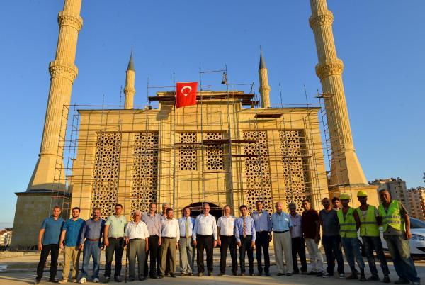 Akdeniz Üniversitesi Camii'nin son taşı Vali Karaloğlu'ndan