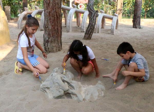 Yapay dinozor kemiklerini bularak, arkeolojiyi öğreniyorlar