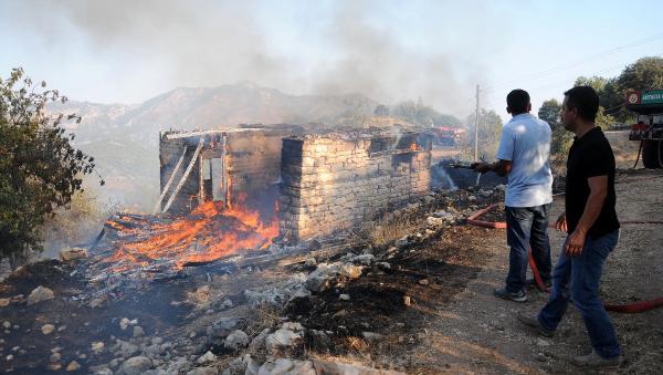 Kumluca'da ev ve makilik yangını