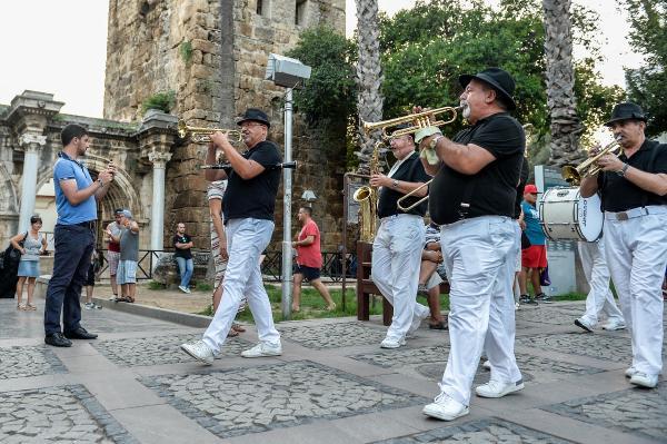 Darbeye karşı müzik sokakta