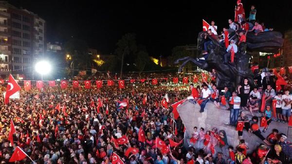 Büyükşehir demokrasi nöbetinde 60 bin bayrak dağıttı