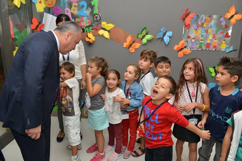 Başkan Böcek, öğrencilerle kucaklaştı…