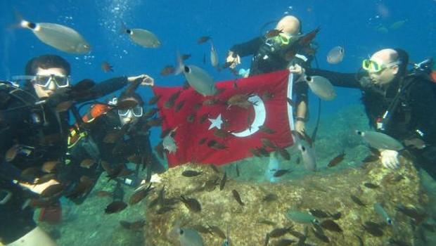Kaymakam sualtında Türk bayrağı açıp 29 Ekim'i kutladı