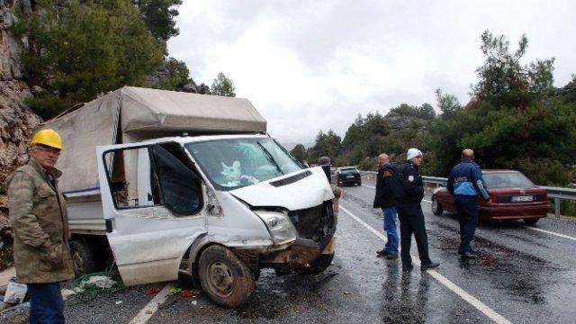 Antalya-Kemer yolunda Trafik Kazası: 5 Yaralı