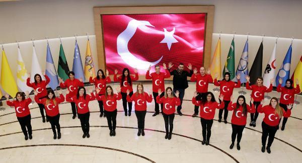 Belediye personeli işaret diliyle İstiklal Marşı'nı okudu