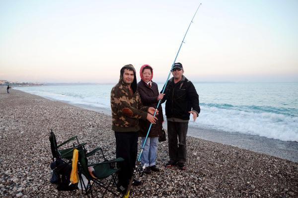 Çift kol nakilli Mustafa Sağır denize olta attı