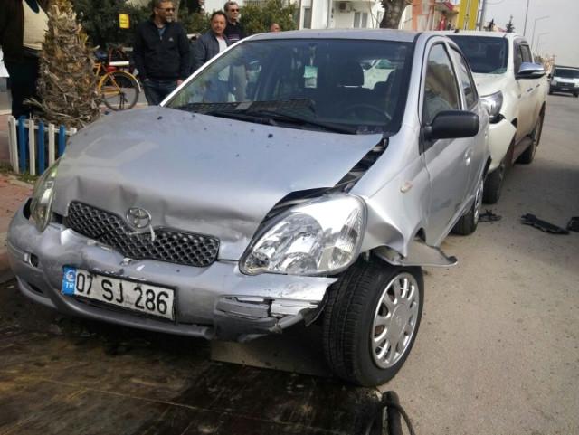 Antalya'da Otomobil Park Halindeki Araçlara Çarptı