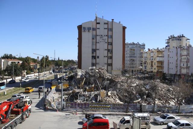 Binada Yıkım Çalışması Yapan İş Makinesi Devrildi