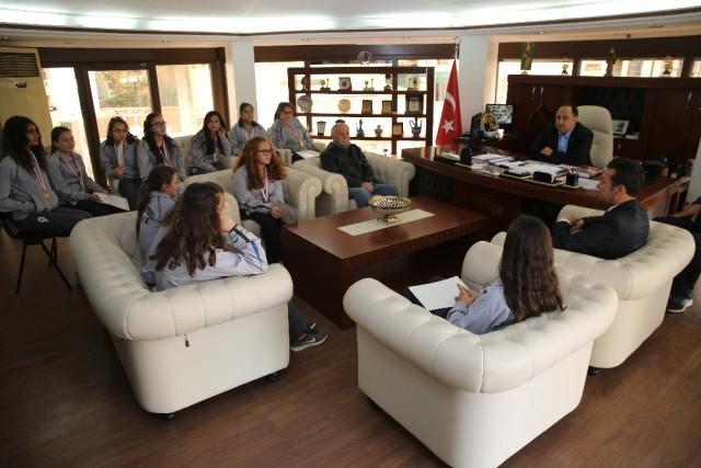 Finike'nin Prensesleri Başkan Sarıoğlu'nu Ziyaret Etti