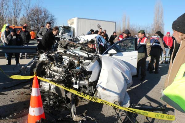 Otomobille Kamyona Çarpan Sürücü Öldü