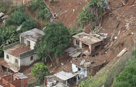 Kumluca'da Toprak Kaymaları Nedeniyle 8 Ev Yıkıldı