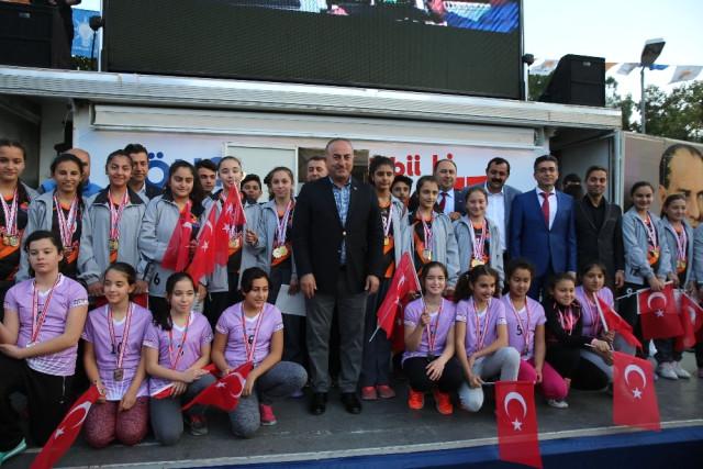 Bakan Çavuşoğlu'ndan Finike'ye Gençlik Merkezi Sözü