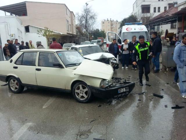 Demre'de İki Araç Kafa Kafaya Çarpıştı: 2 Yaralı