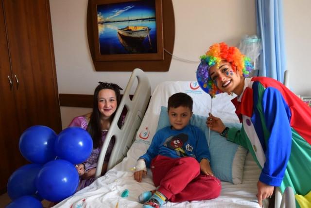 Manavgat'ta Tedavi Gören Çocuklara Palyaço Sürprizi