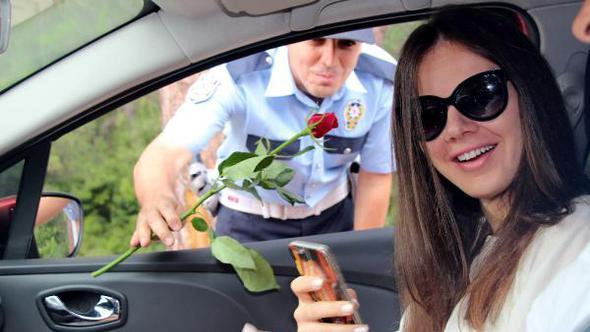 Polisler gül dağıttı