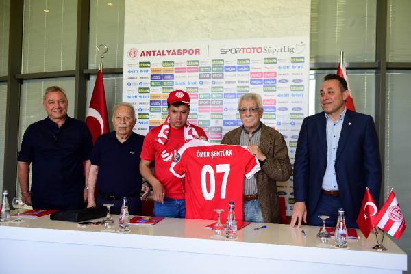 Görme engelli taraftar Antalyaspor'a üye oldu