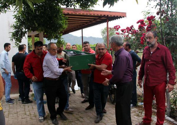 Kemer'de 37 yaşındaki Ebru Gök, evde başından vurulmuş halde, ölü bulundu.