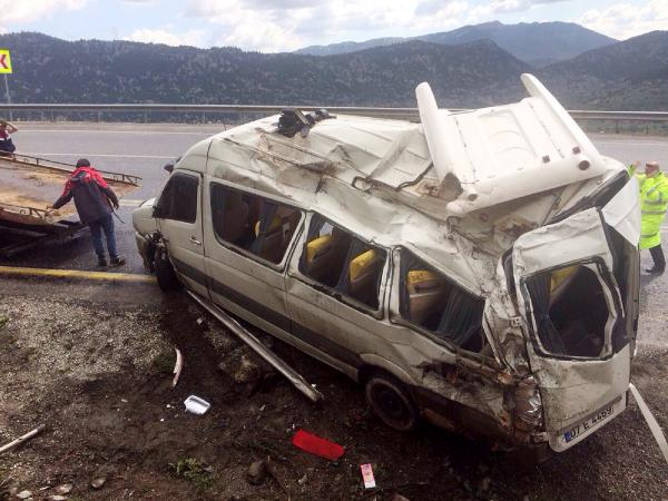 Akseki'de tur minibüsü devrildi: 3 Rus yaralı