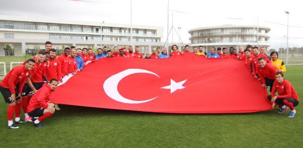 Antalyasporlu futbolcular 19 Mayıs bayrağı açtı