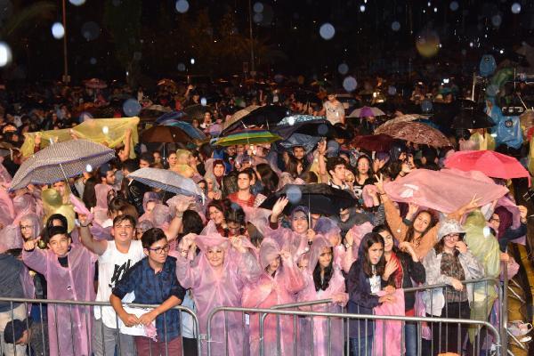 Yağmura rağmen Ceceli'yi beklediler ama konser iptal edildi
