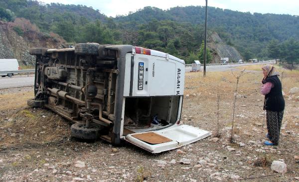 Kemer'de İşçi Minibüsü Devrildi: 5 Yaralı
