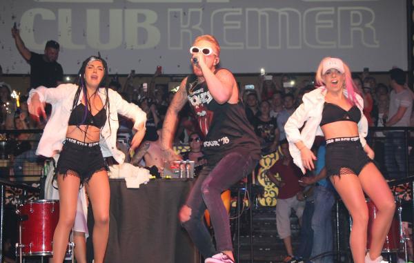 Rus hiphop şarkıcısı Kemer'de konser verdi