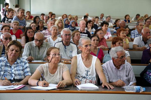 Tazelenme Üniversitesi'nde kazağı ören yaşlılar sınıfı geçti