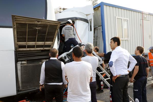 Konteyner yüklü TIR, tur otobüsüne arkadan çarptı: 7 yaralı
