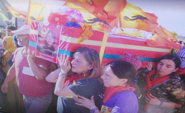 'Kırmızı Fularlı Kız'ın anne ve babasına cenaze törenindeki fotoğraflardan soruşturma
