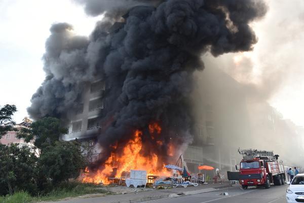Mağazada çıkan yangın, 5 katlı binayı sardı