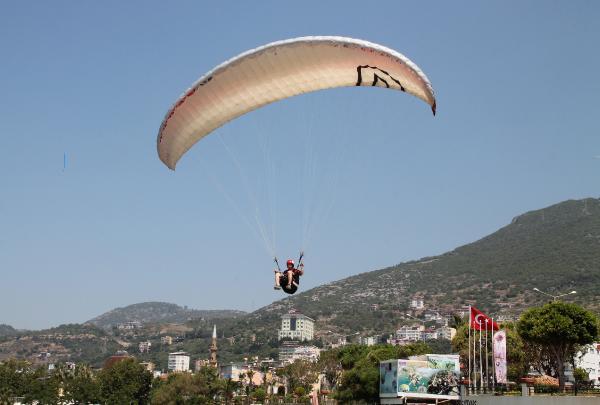 Paraşütçüler Alanya'da yarışıyor