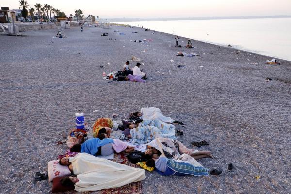 Sabahladıkları sahilde üşüyünce çarşafa sarılmak zorunda kaldılar