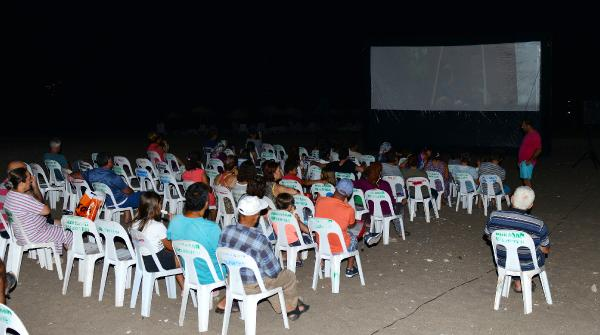 Plajda sinema keyfi