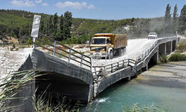 Çöken köprüde ölüm yolculuğu