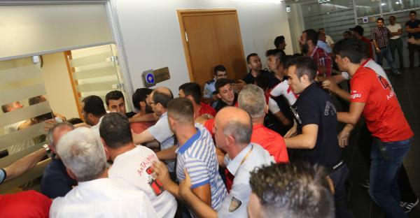 Antalyaspor taraftarı ihale salonunu bastı