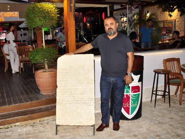İmparatorun 1750 yıllık mektubunun kopyasını, bulunduğu kafede sergiliyor