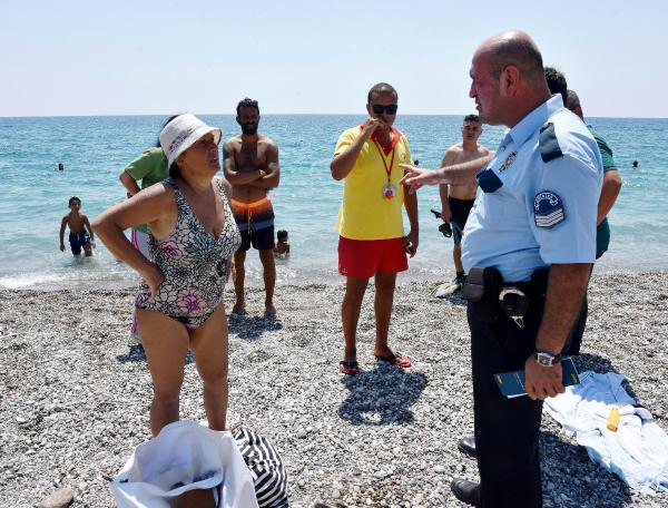 Polis denizde aradı, onlar sahilde yürüyüşte çıktı